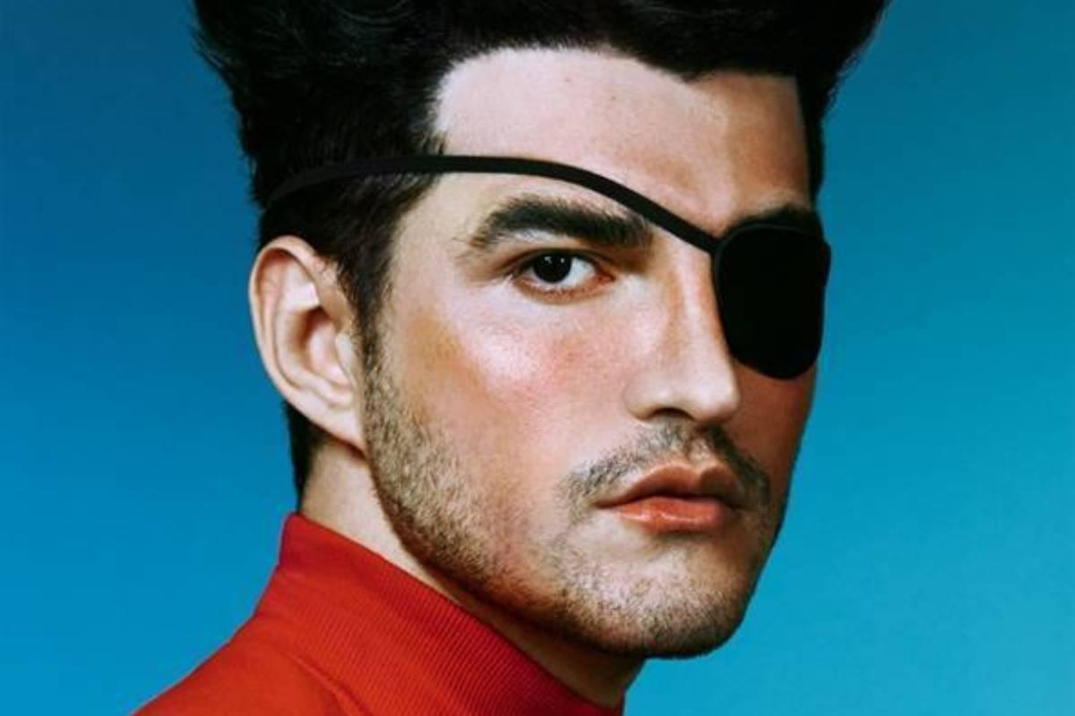 jão com tapa olho em um fundo azul na capa do álbum pirata