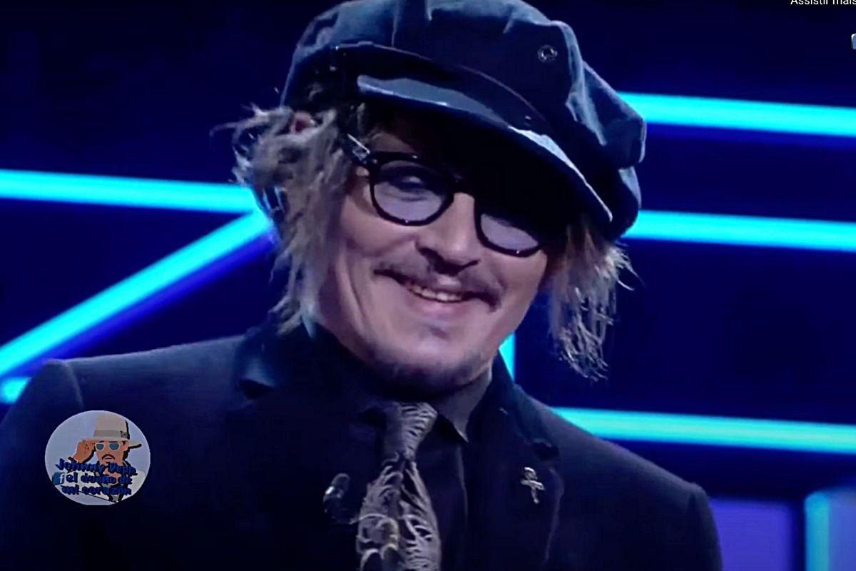 Johnny Depp sorrindo em palco de premiação