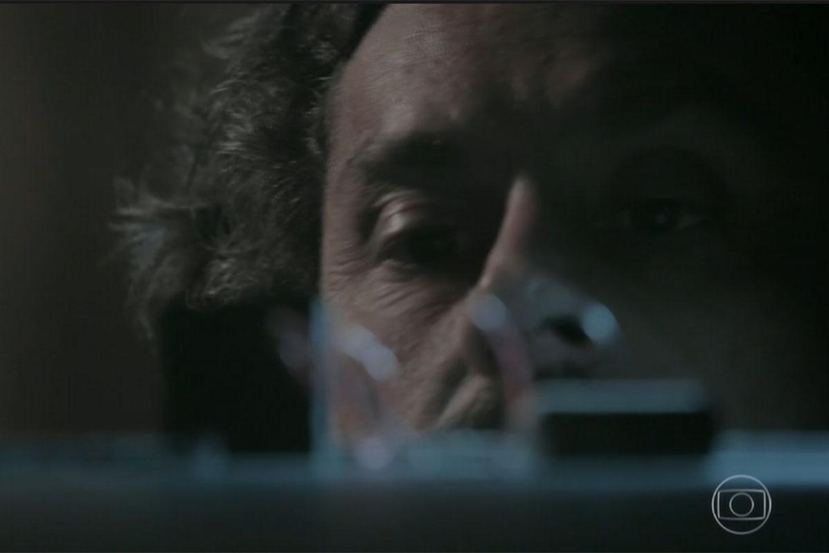 José Alfredo (Alexandre Nero) encontra a câmera escondida em Império