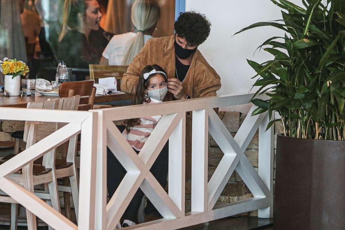 José Loreto curte a tarde com Bella em shopping carioca