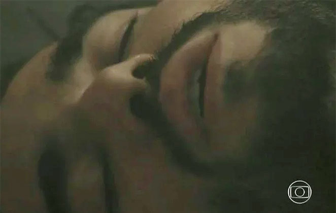 José Pedro (Caio Blat) desmaia em sauna, em Império