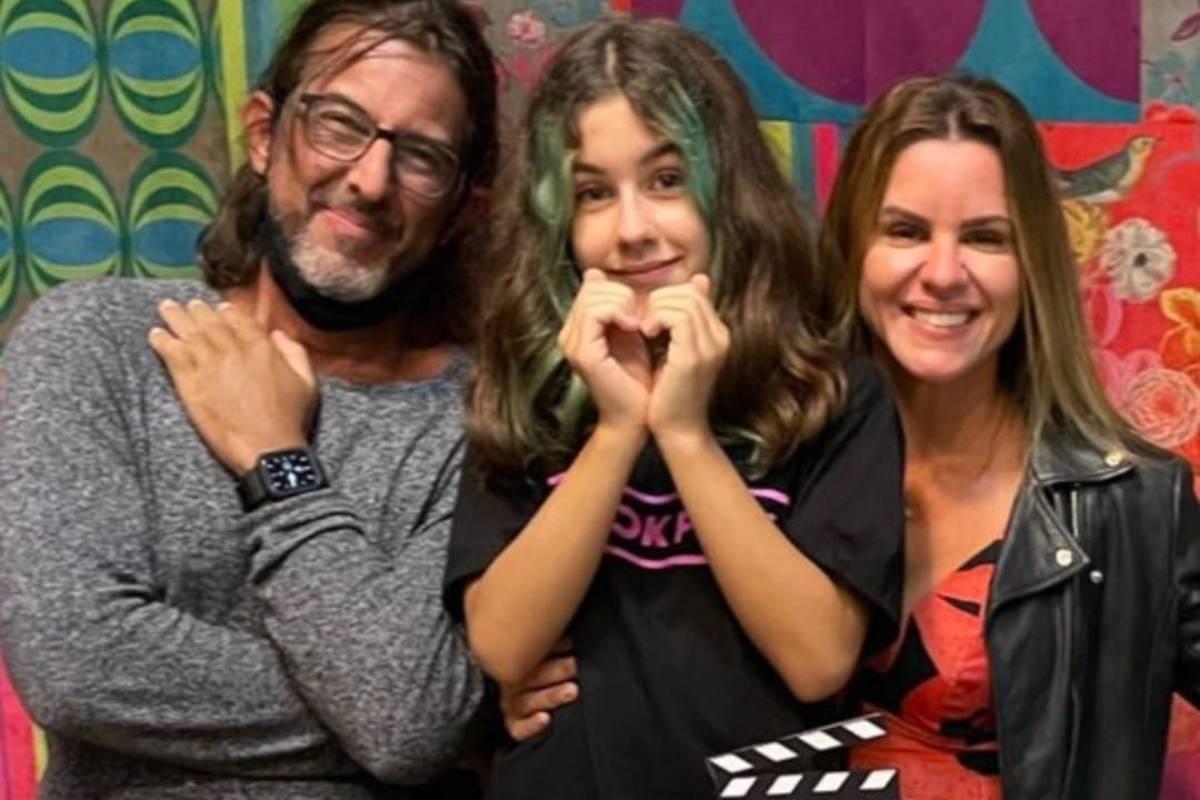 atriz mirim julia mello posando com os pais em festa de aniversario
