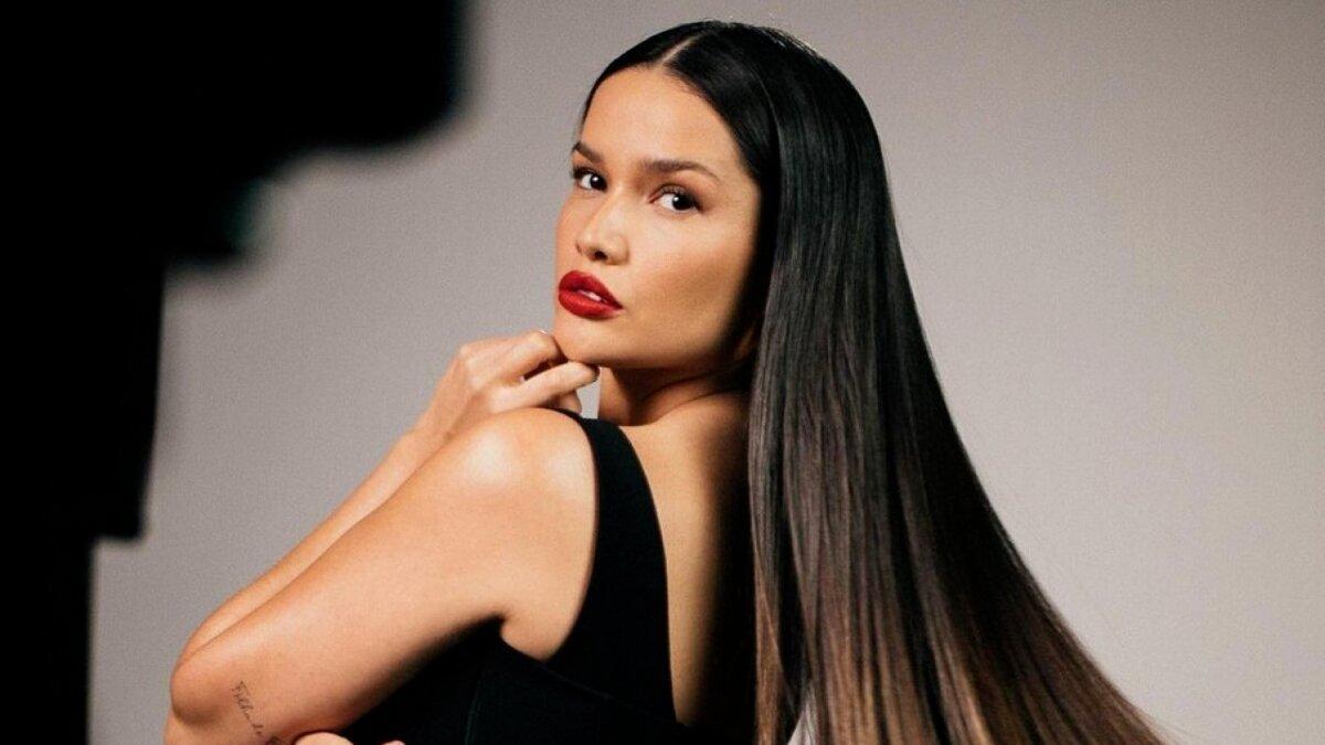 Juliette Freire de look preto, batom vermelho, cabelo solto