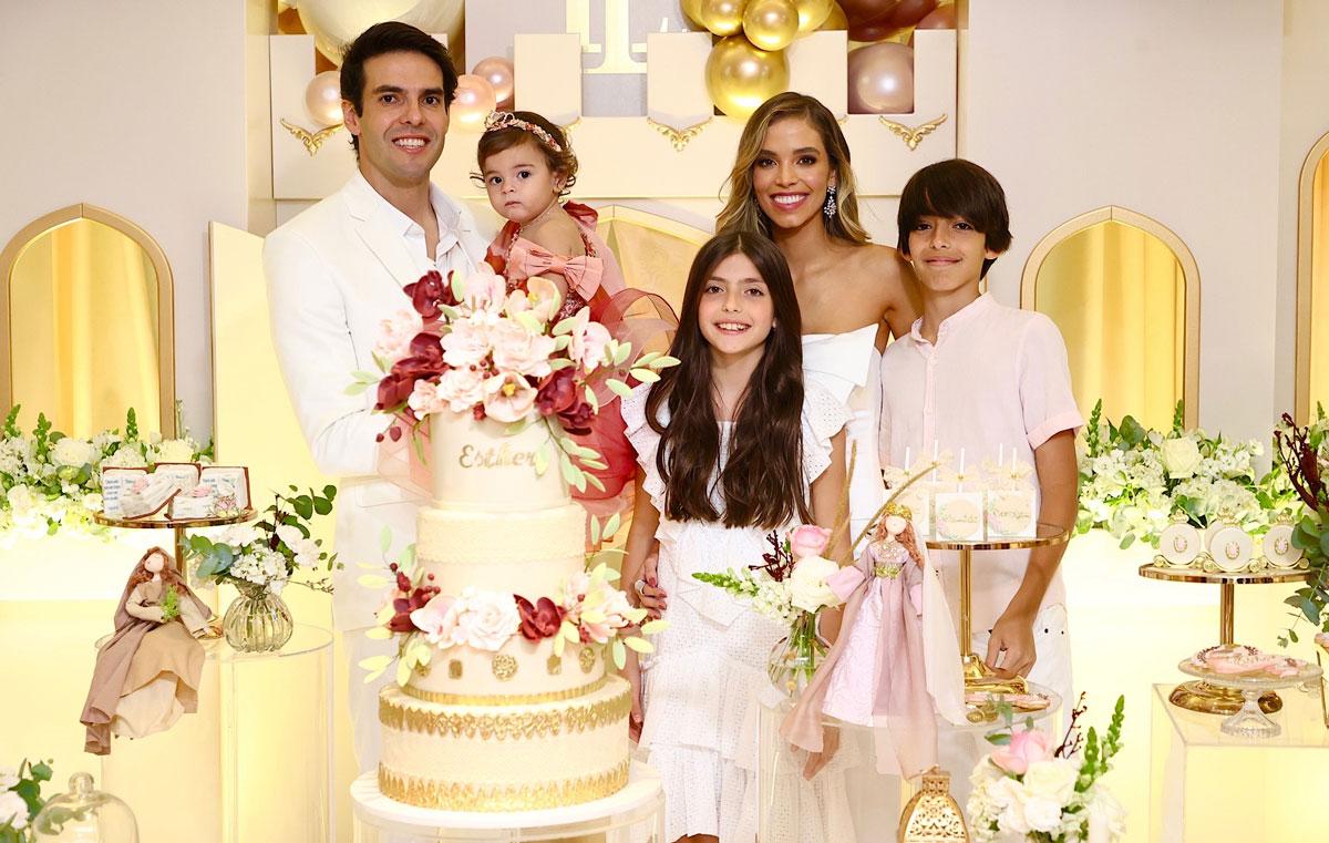 Kaká e Carol Dias com a filha Esther mais os filhos do jogador Isabela e Luca