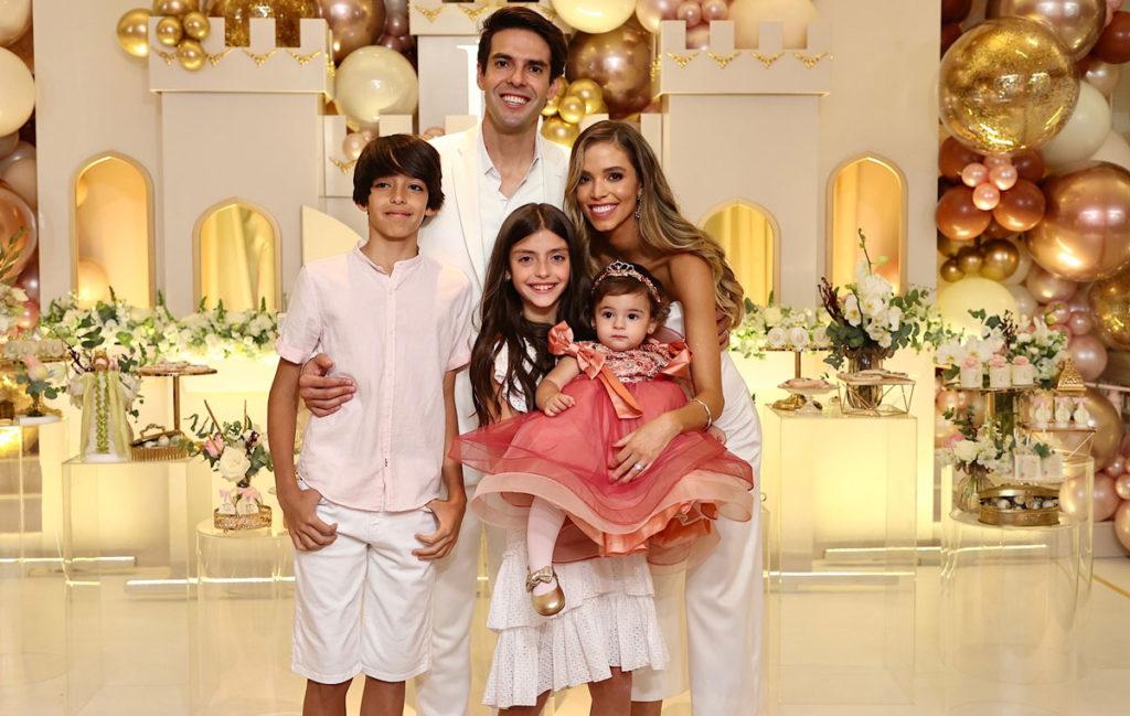 Kaká com os iflhos Isabela e Luca ao lado da filha Esther com a atual esposa, Carol Dias