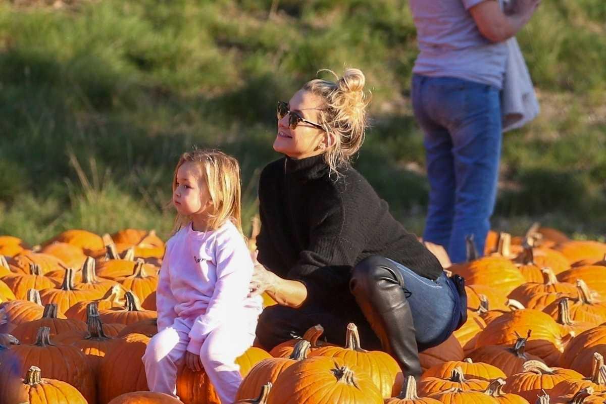 kate hudson brincando com a filha em plantação de abóbora