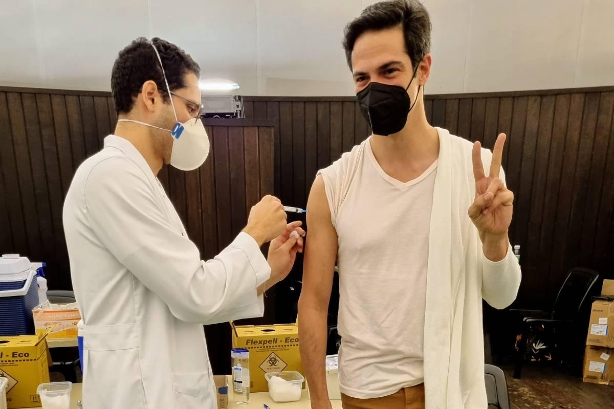 mateus-solano-tomando-vacina