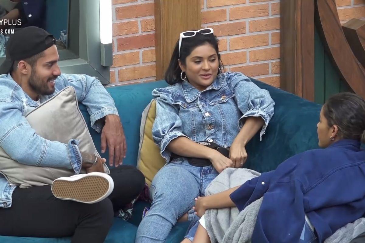 Mileide Mihaile conversando com Bil Araújo e Sthe Matos na sala de A Fazenda 13