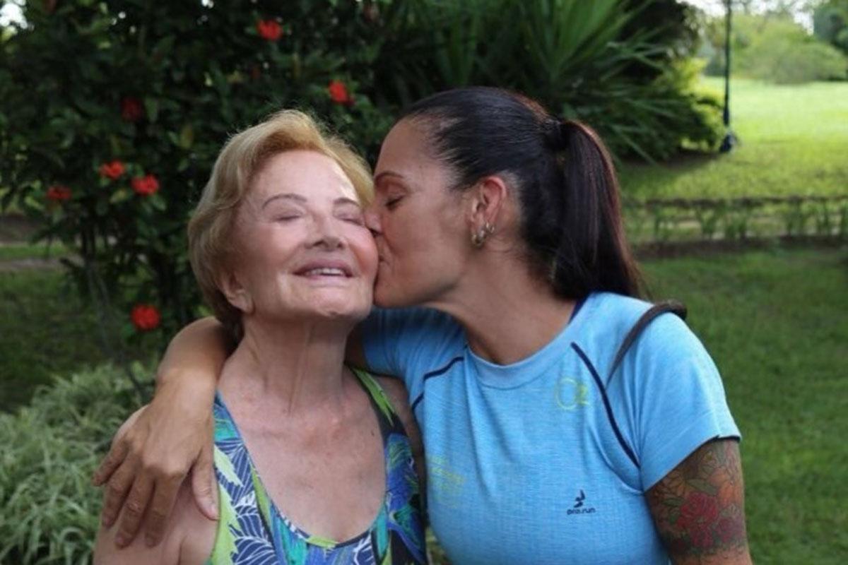 Mocita Fagundes dando um beijo em Glória Menezes