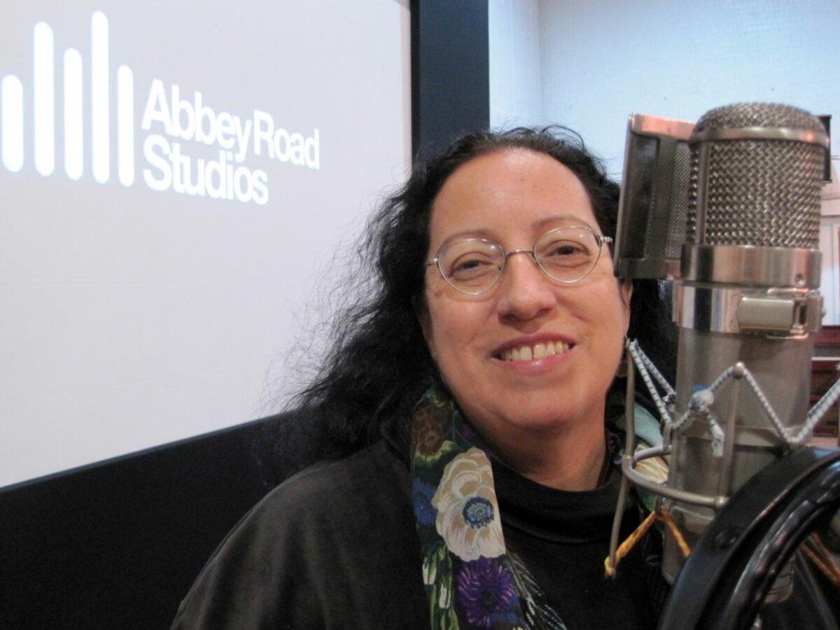 Lizzie Bravo em um estúdio de gravação
