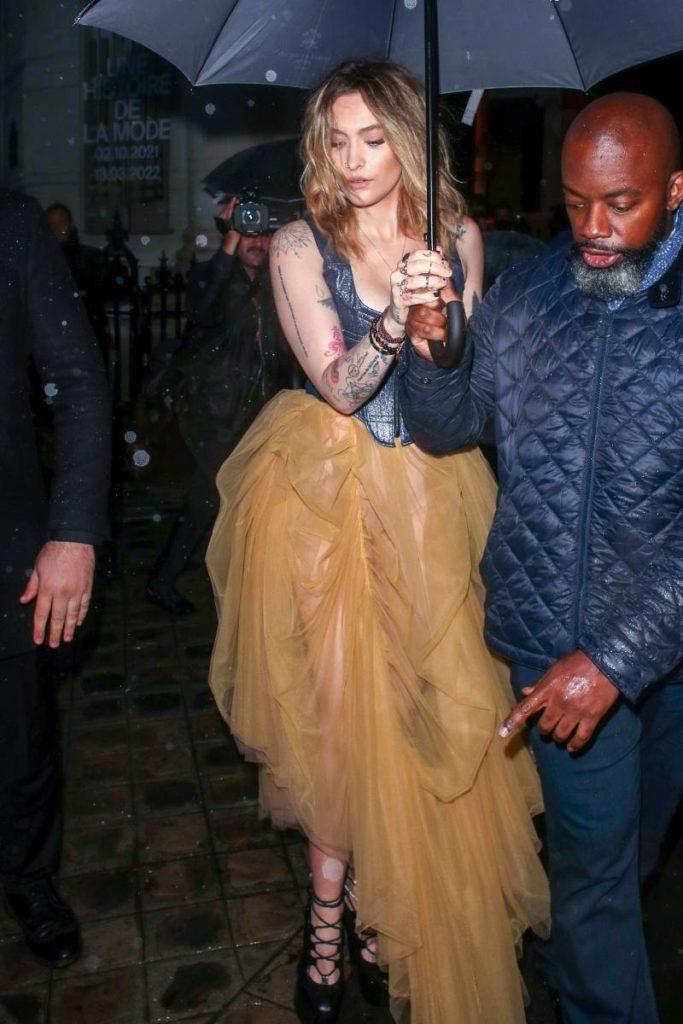 Paris Jackson chega a exposição da Vogue em Paris