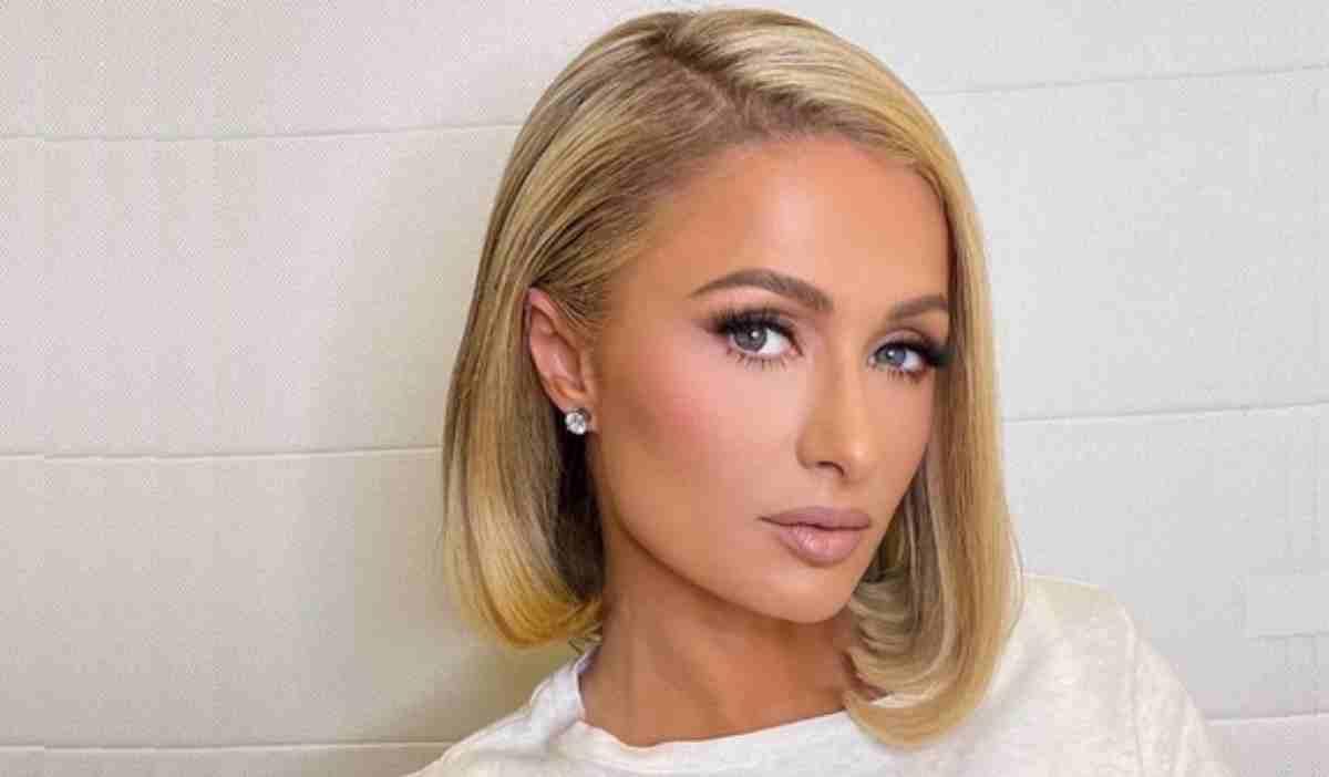 Paris Hilton olhar sério
