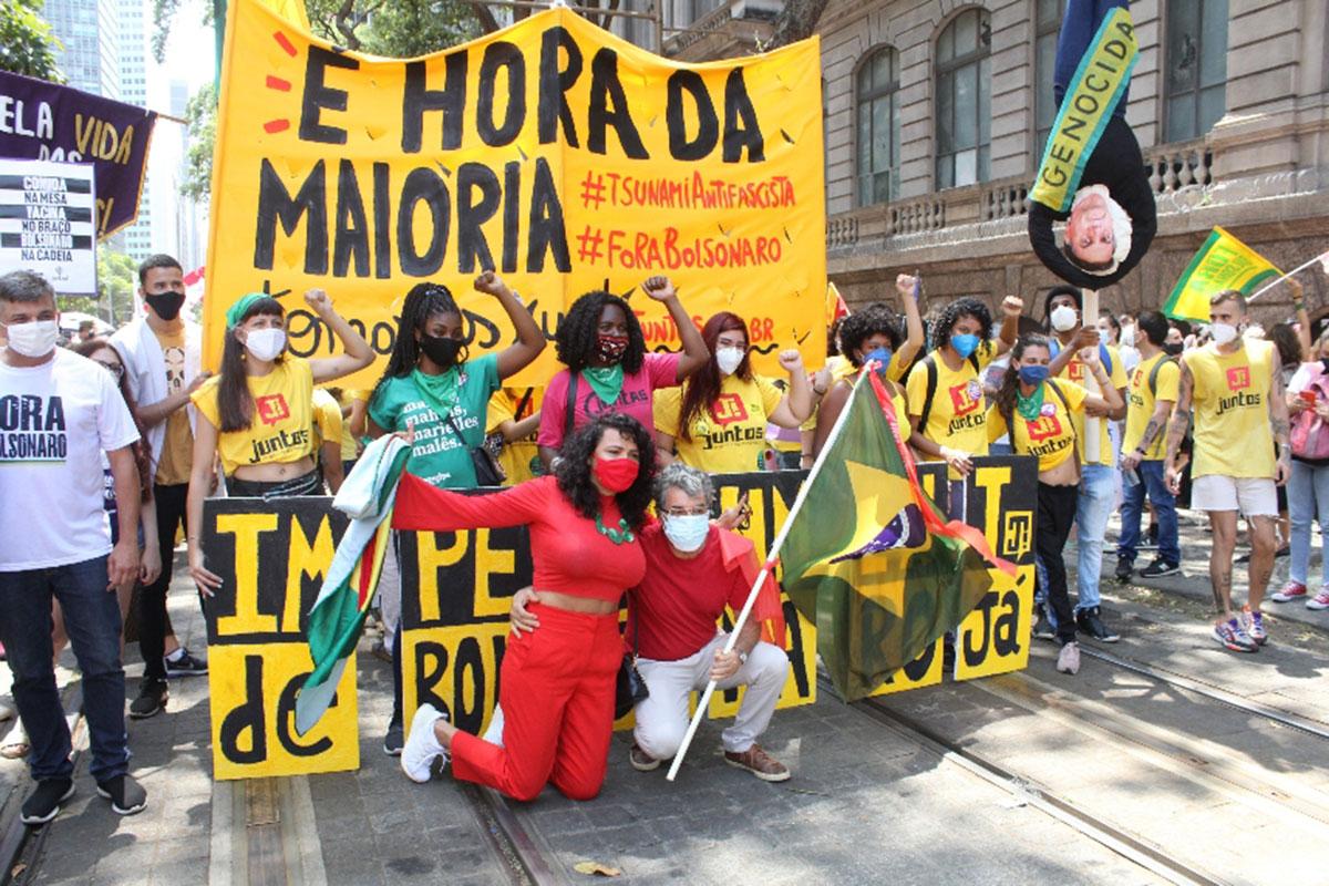 Paulo Betti e Dadá Coelho participam de manifestação contra Bolsonaro
