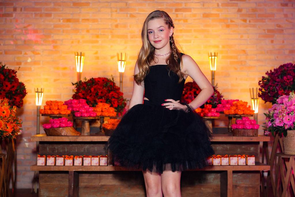 Pietra Quintela escolheu um estiloso vestido preto para sua festa de aniversário