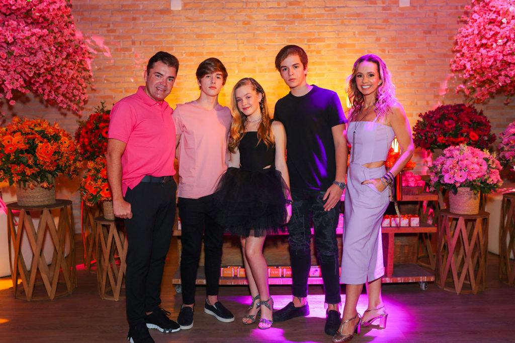 Pietra Quintela com os pais Marcos e Deborah Quintela e com os irmãos Caio e Lucca