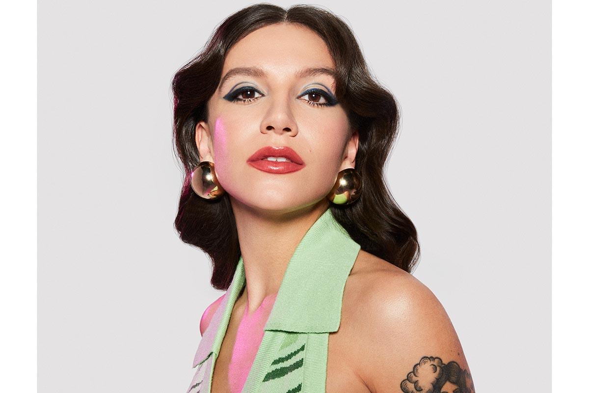 prsicilla alcantara posando estilosa e maquiada para álbum