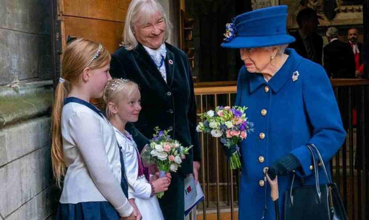 Rainha Elizabeth usando bengala