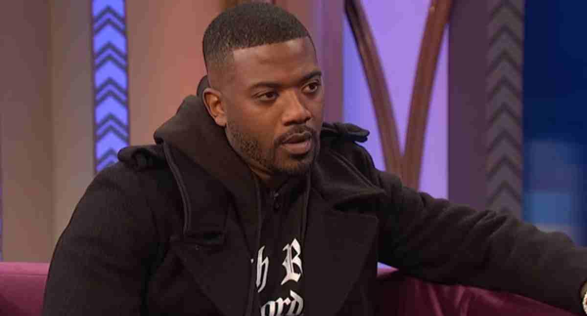 Ray J sentado em entrevista