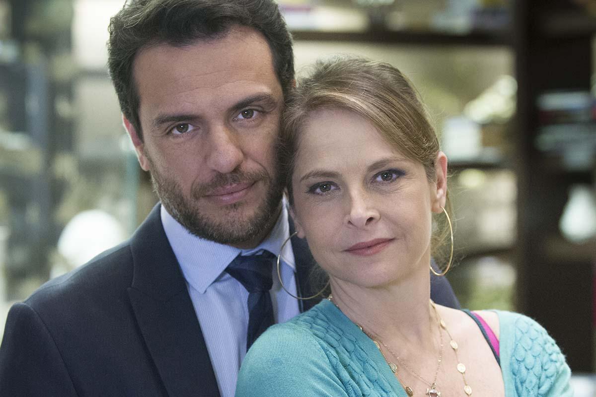 Alex (Rodrigo Lombardi) e Carolina (Drica Moraes) em Verdades Secretas