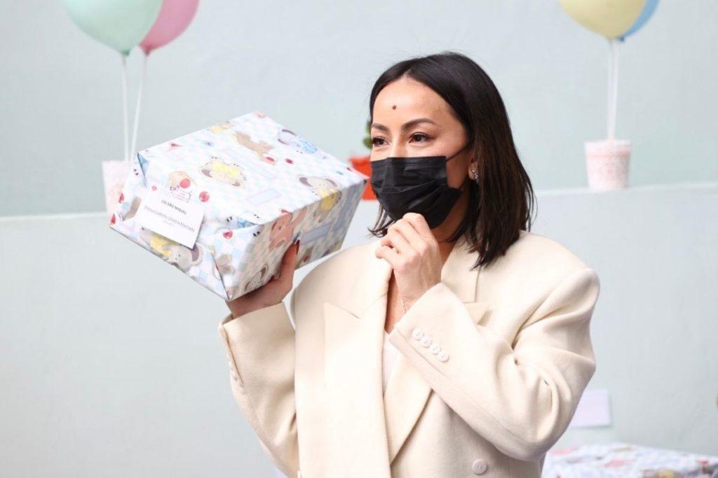 Sabrina Sato entrega presentes em ONG