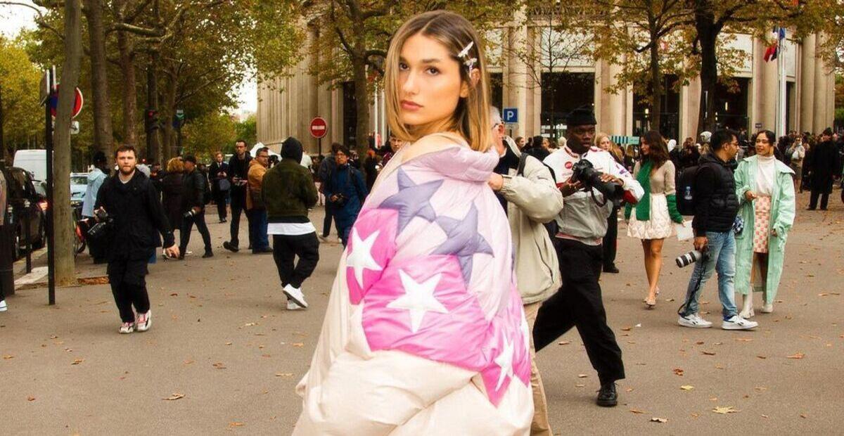 Sasha com look grifado em Paris