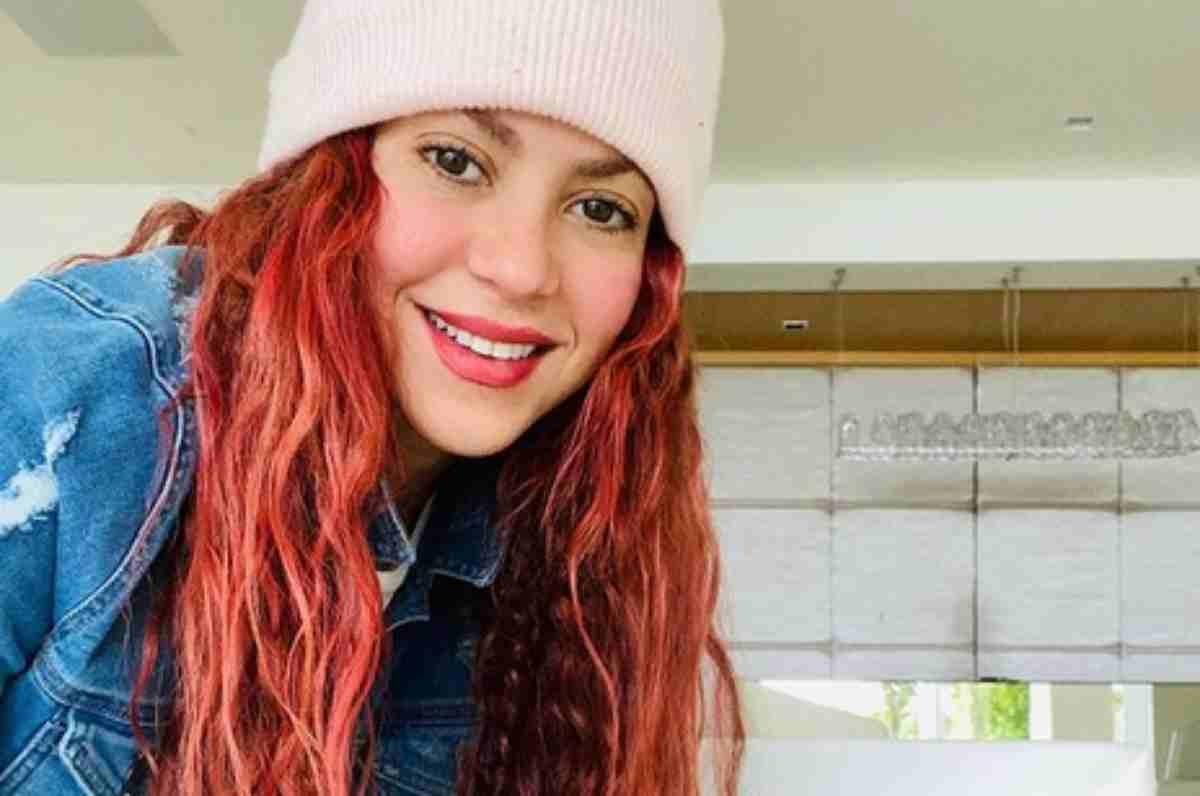 Shakira com touca e cabelo vermelho