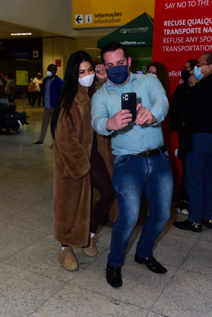 Simaria e fã em aeroporto brasileiro