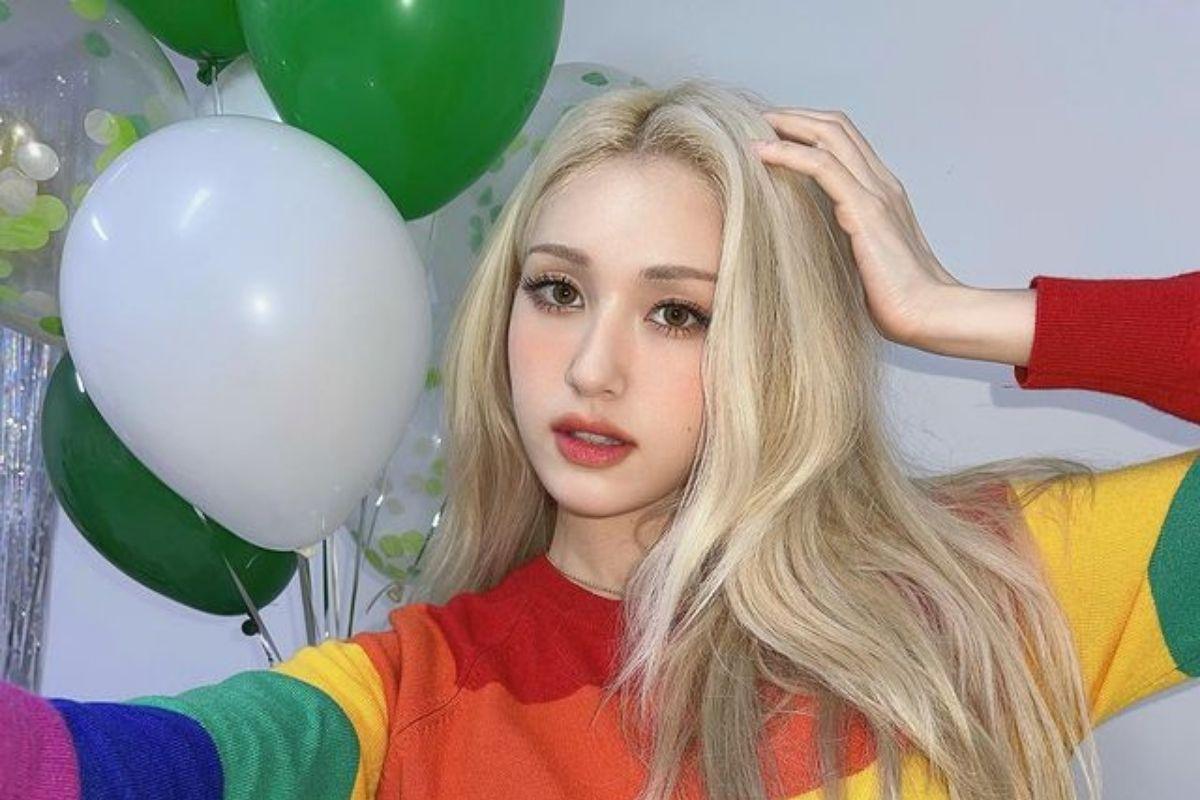 Jeon Somi em selfie com balões atrás