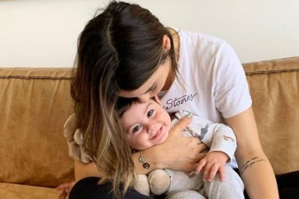 sthefany brito beijando cabecinha do filho antonio enrico sentada no sofá