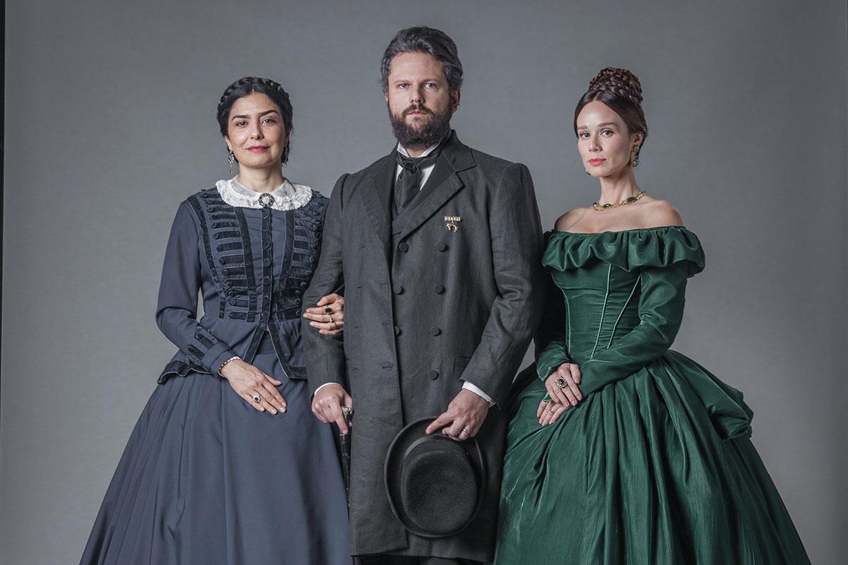 Teresa (Letícia Sabatella), Pedro (Selton Mello) e Luísa (Mariana Ximenes), em Nos Tempos do Imperador
