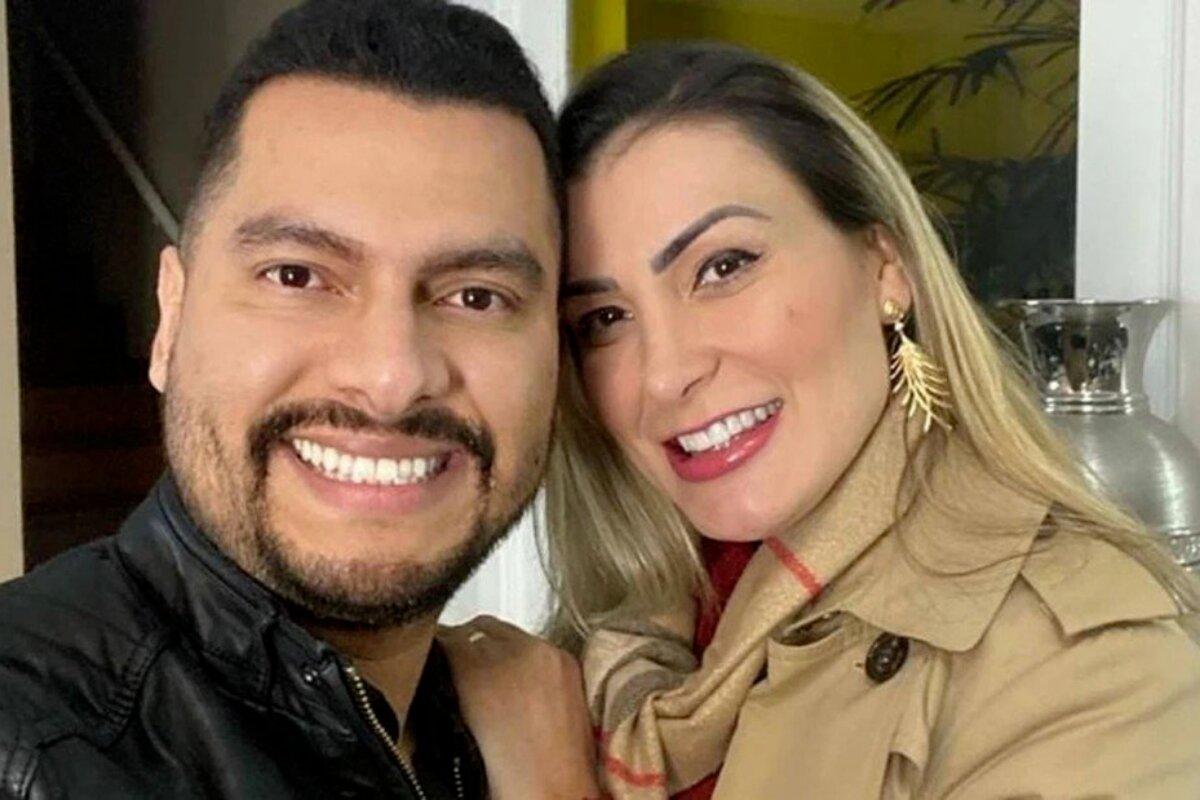 Tiago Lopes e Andressa Urach sorrindo, abraçados