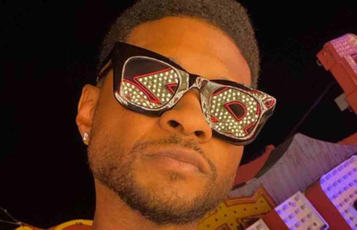 Usher de óculos