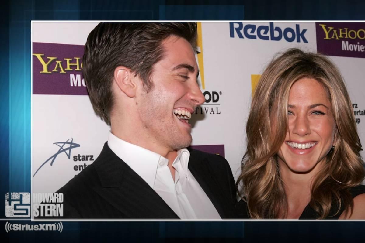 foto de jake gylenhaal e jennifer aniston rindo juntos em evento passando em vídeo no youtube do canal the howard stern show