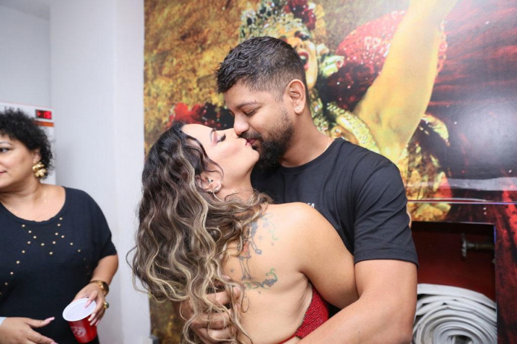 Viviane Araújo e o marido Guilherme Militão trocaram muitos beijos em ensaio de Carnaval