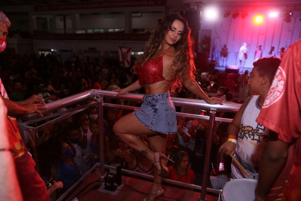 Viviane Araújo mostrou muito samba no pé