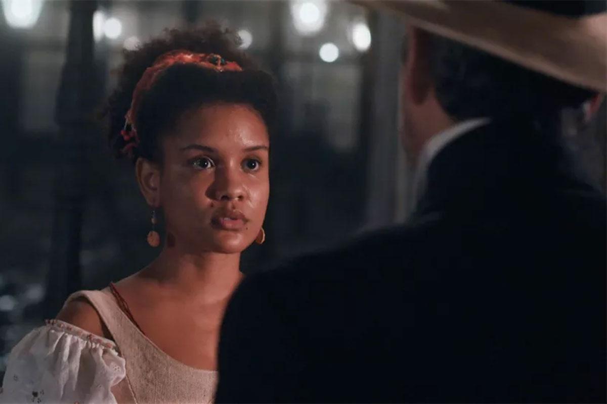 Zayla (Heslaine Vieira) é abordada por Tonico (Alexandre Nero) em Nos tempos do Imperador
